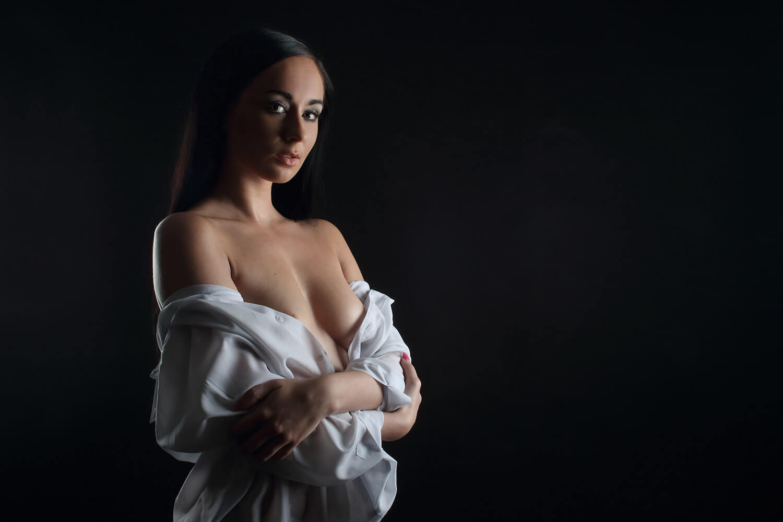 boudoir fotografie ženy v pánské košili na tmavém pozadí