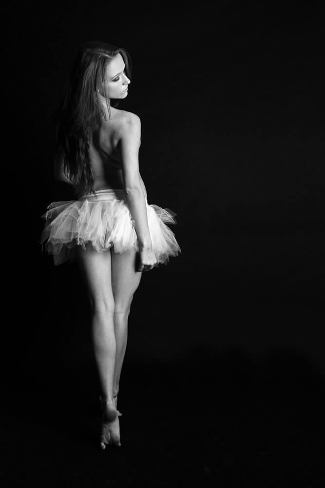 černobílá boudoir fotografie ženy v baletní sukni