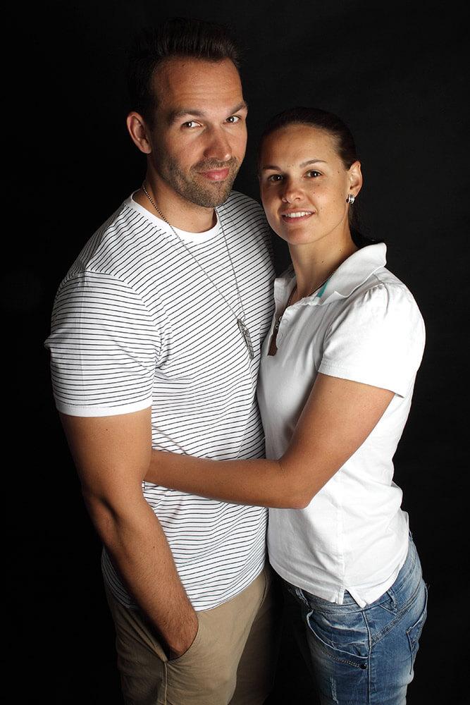 párová fotografie muže a ženy v bílém triku na tmavém pozadí