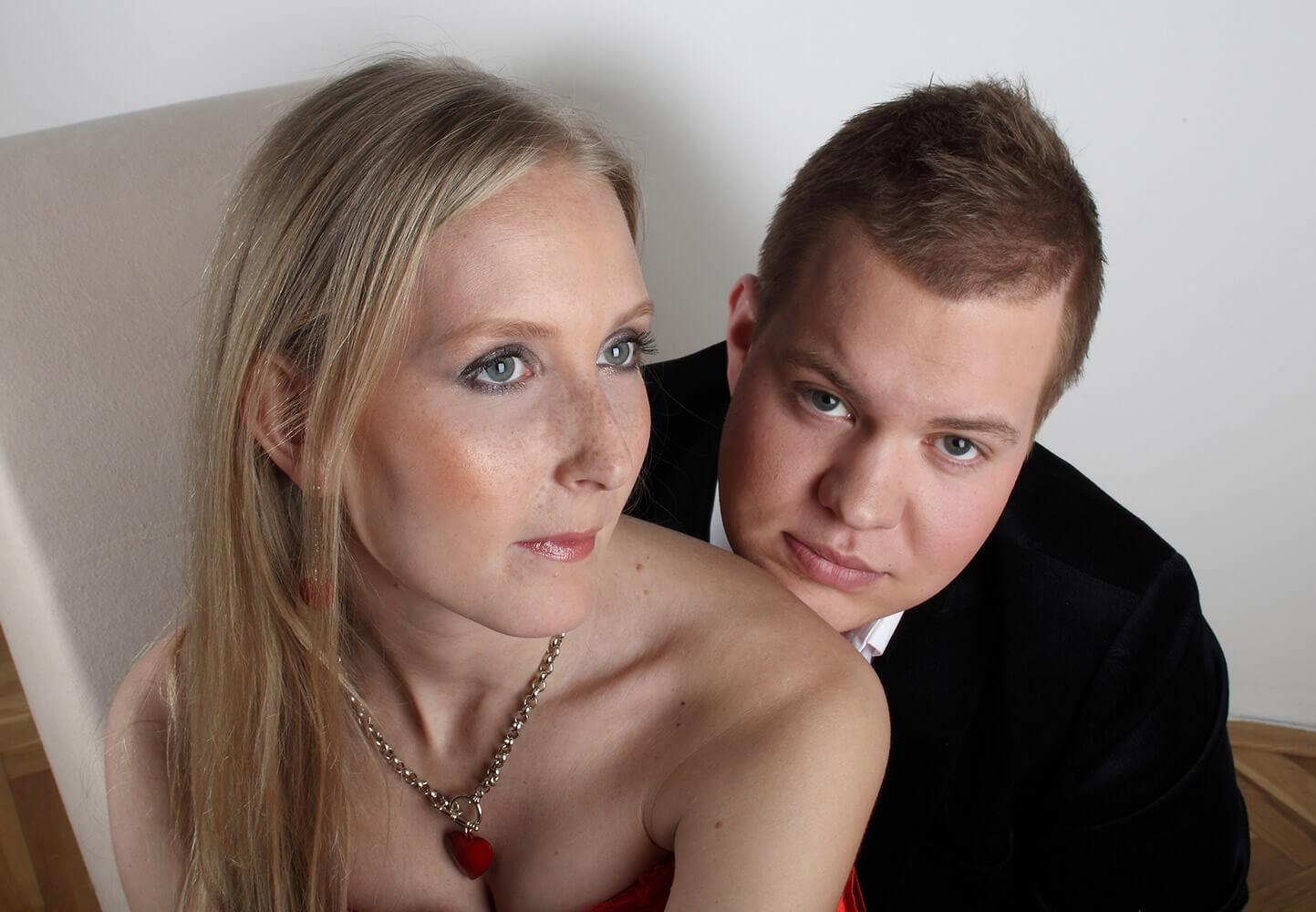 párová fotografie ženy s náhrdelníkem a muže v saku