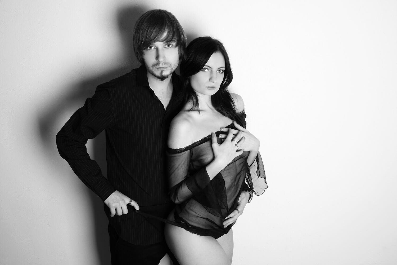 černobílá párová fotografie ženy v prádle a muže v černé košili na světlém pozadí