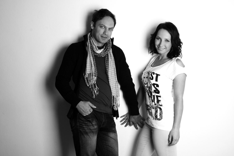 černobílá párová fotografie ženy a muže na světlém pozadí