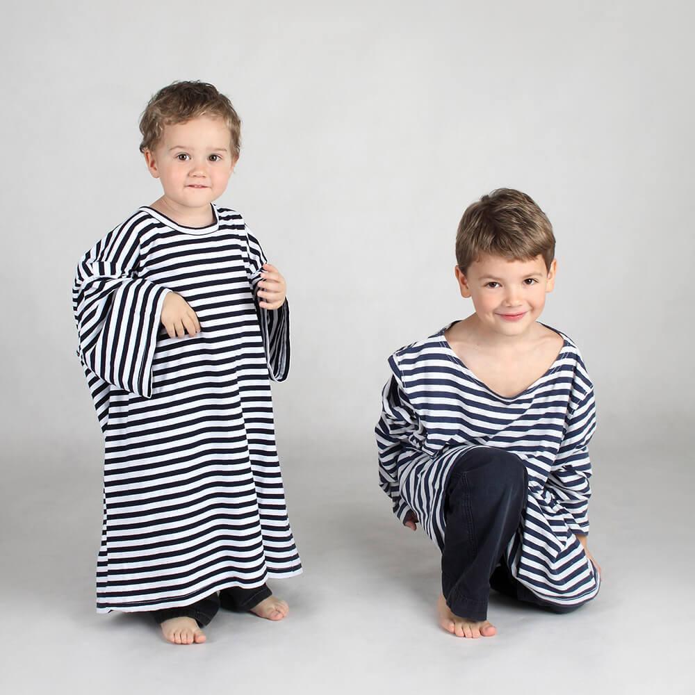 rodinná fotografie dvou bratrů s velkými pruhovanými tričky na světlém pozadí