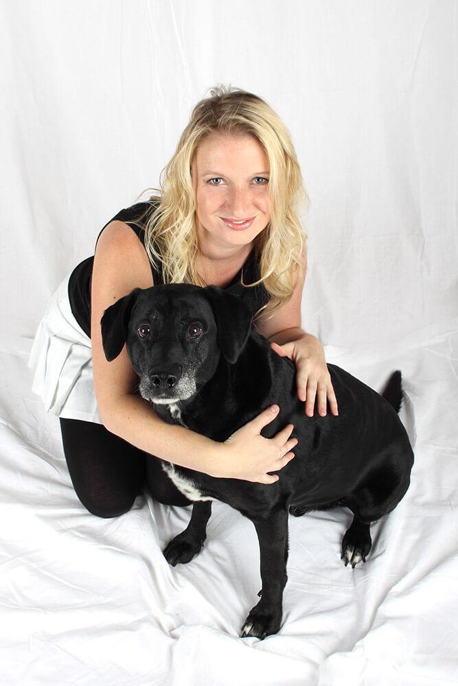 Rodinné foto paničky se psem na světlém pozadí