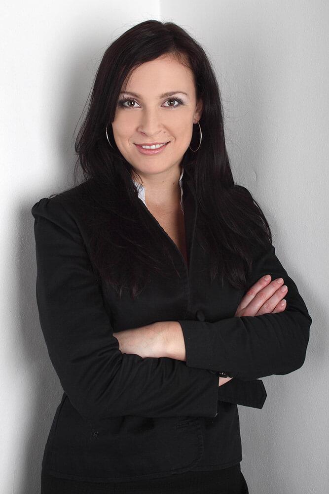 ženský business portrét v černém saku na bílém pozadí
