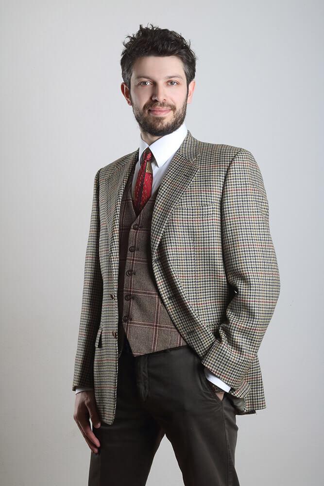 mužský business portrét v tvídovém saku na světlém pozadí