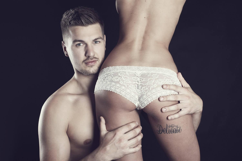 párová fotografie muže a ženy v prádle na černém pozadí
