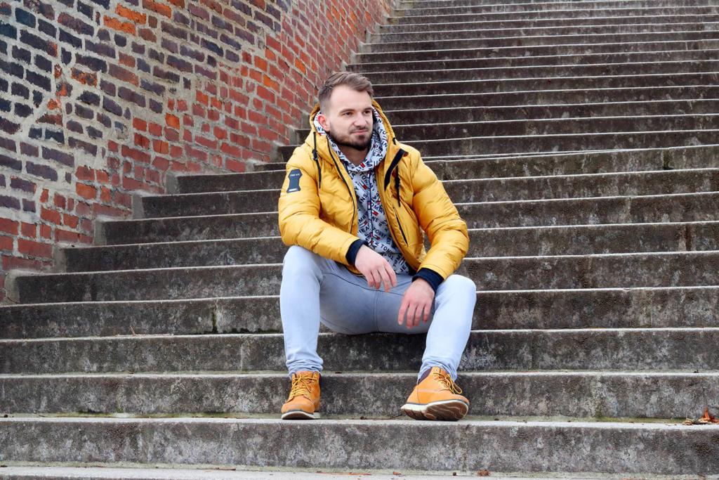 mužský portrét na schodech