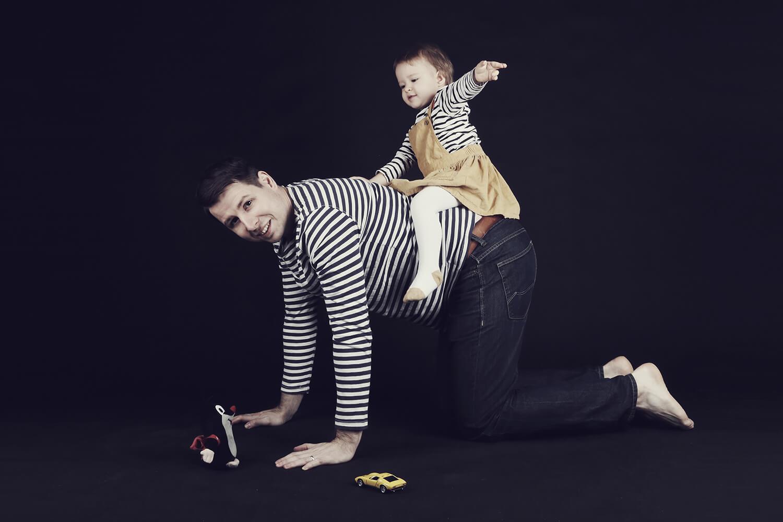 rodinná fotografie tatínka s dcerou na tmavém pozadí