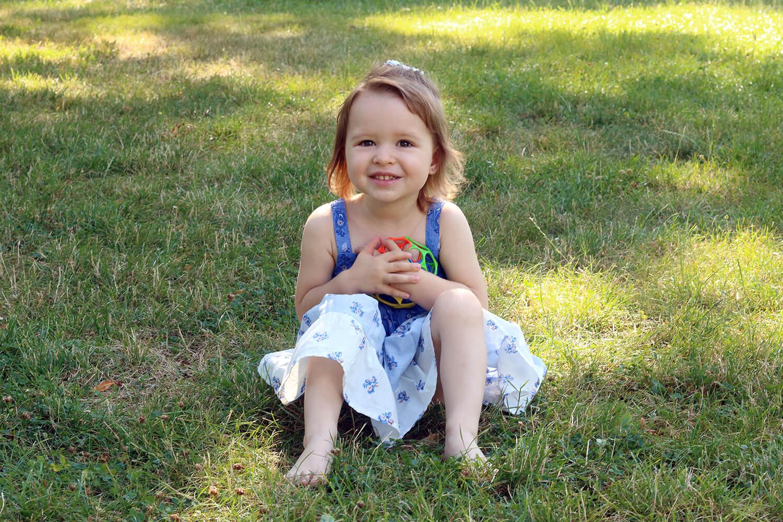 rodinná fotografie holčičky na trávě