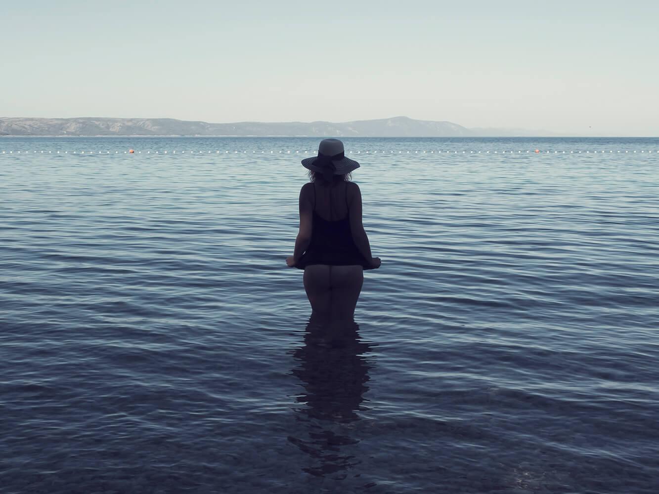 ženský umělecký akt v moři laděný do modra