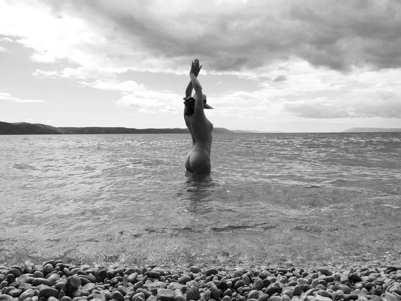 černobílý ženský umělecký akt v moři