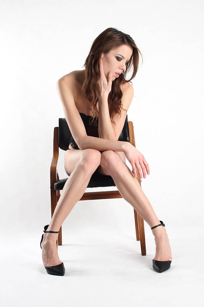 fashion fotografie sedící ženy v černém topu