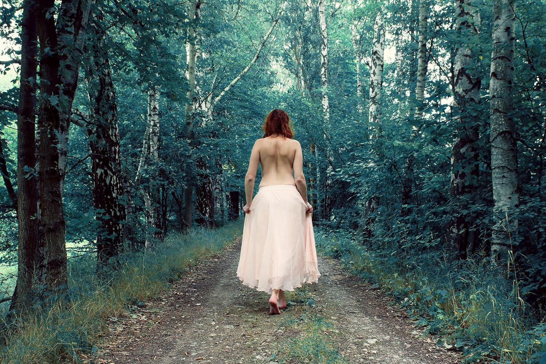 fashion fotografie ženy v dlouhé světlé sukni v přírodě