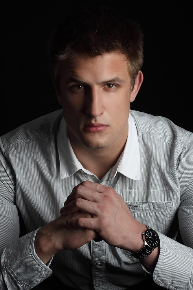 mužský business portrét v bílé košili na tmavém pozadí